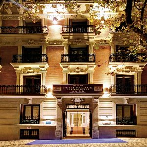 Petit Palace Lealtad Plaza